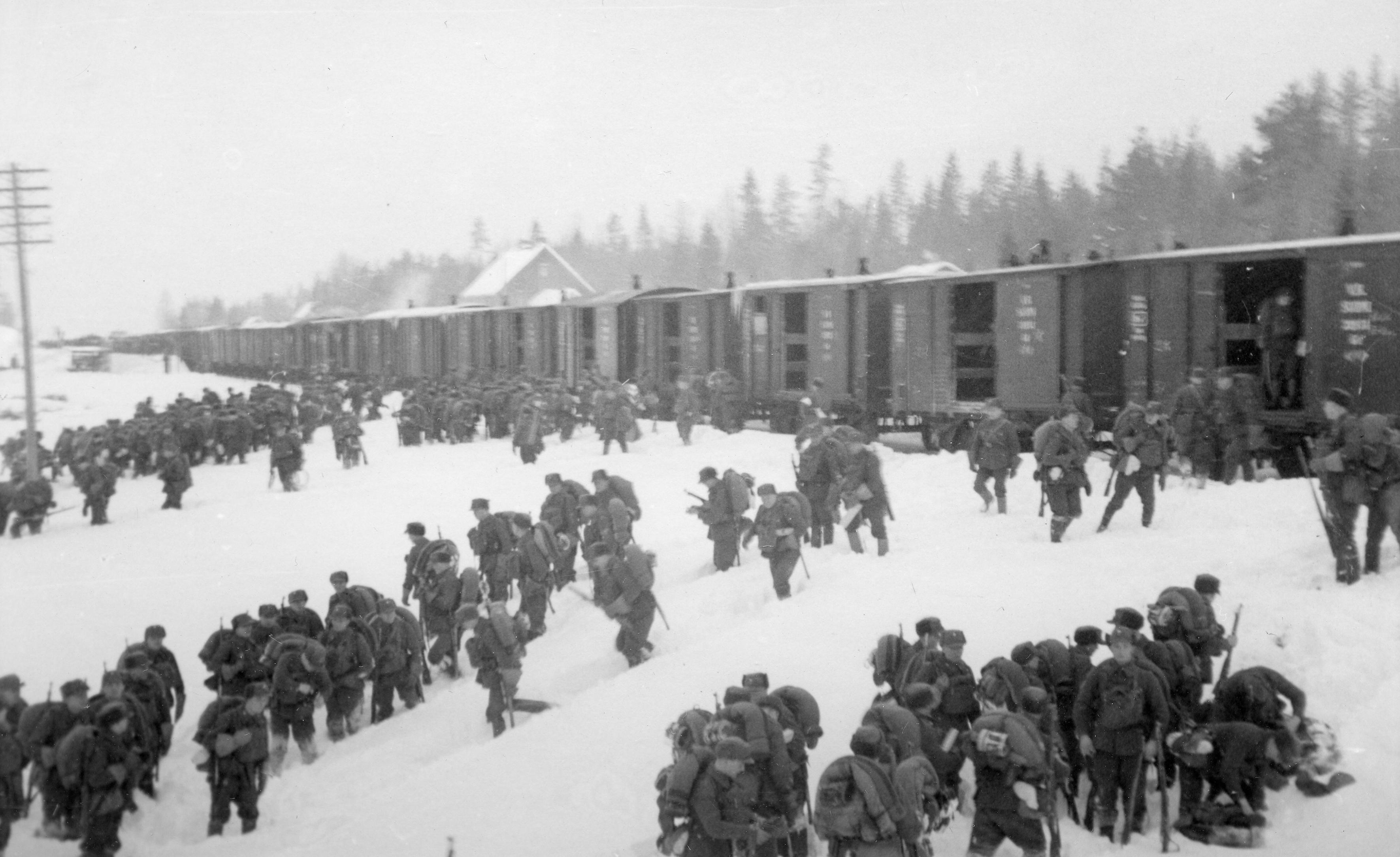 Sotilaita nousemassa pitkästä junasta, mustavalkokuva